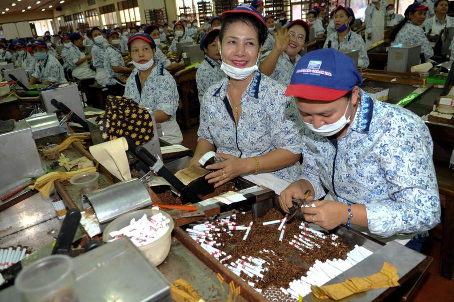 Buruh beraktivitas di pabrik rokok Gudang Garam, kediri, Jawa Timur. GA Photo/Mohammad Defrizal